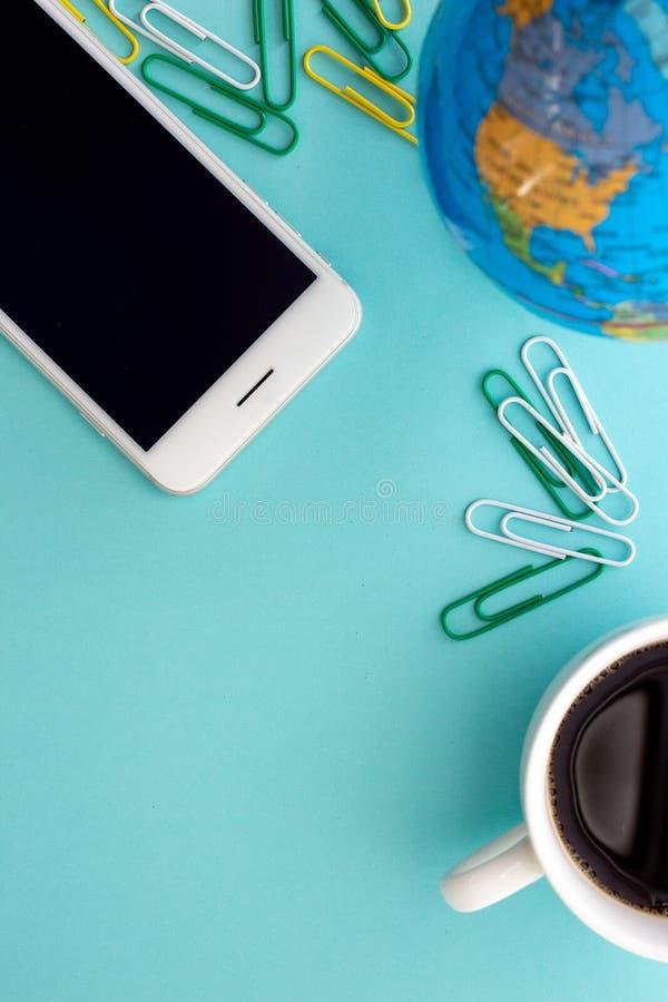 Spot die ruimte over globale telecommunicatie uitwerken door de wereld door gebruiks mobiele telefoon stock fotografie