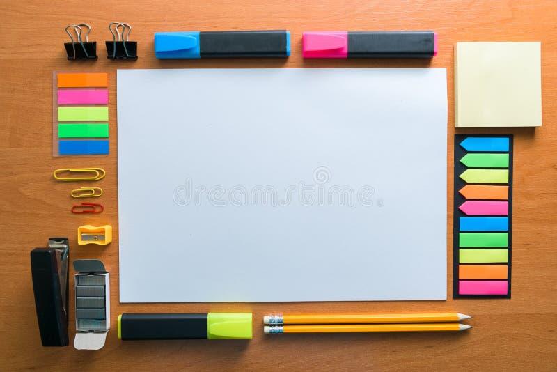 Spot omhoog Creatieve ruimte Artistieke het werkhulpmiddelen op lichte houten lijst: Kleurpotloden, pennen, tellers royalty-vrije stock fotografie