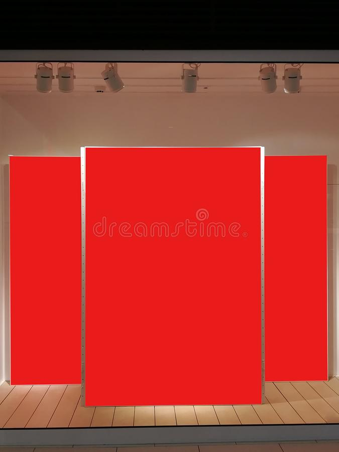 Spot omhoog Drie rode banners in de showcase van opslag in winkelcomplex royalty-vrije stock fotografie