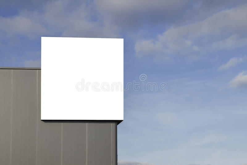 Spot omhoog Leeg aanplakbord in openlucht, openlucht reclame op de muur van een de bouw blauwe hemelachtergrond stock afbeelding