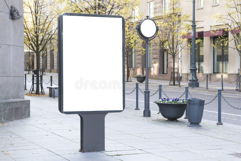 Spot omhoog Leeg aanplakbord in openlucht, openlucht reclame, openbare informatieraad in de stad stock foto