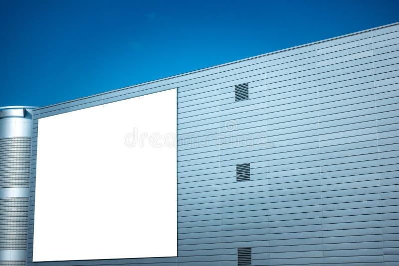 Spot omhoog Leeg verticaal aanplakbord, affichekader, die op de muur adverteren royalty-vrije stock afbeelding