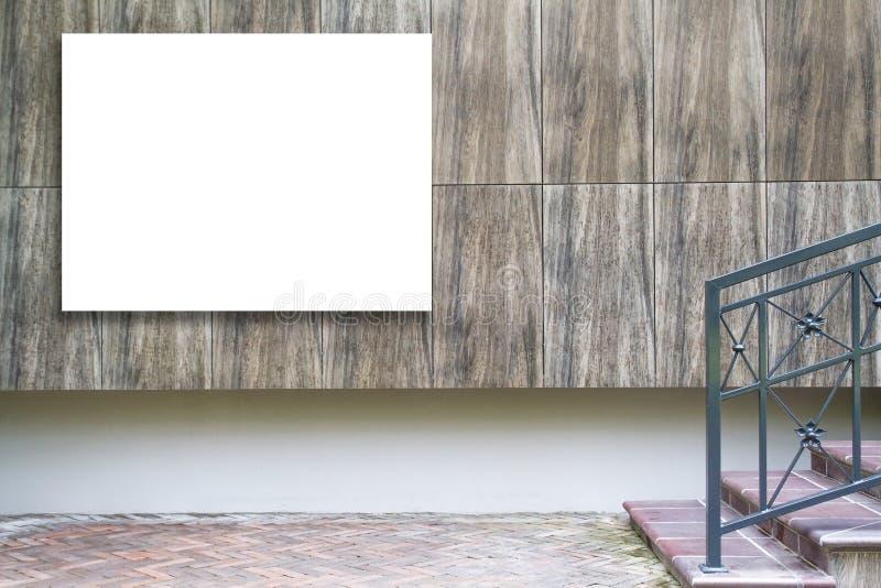 Spot omhoog van groot horizontaal leeg aanplakbord in openlucht, openlucht reclame, openbare informatieraad op de muur stock foto's