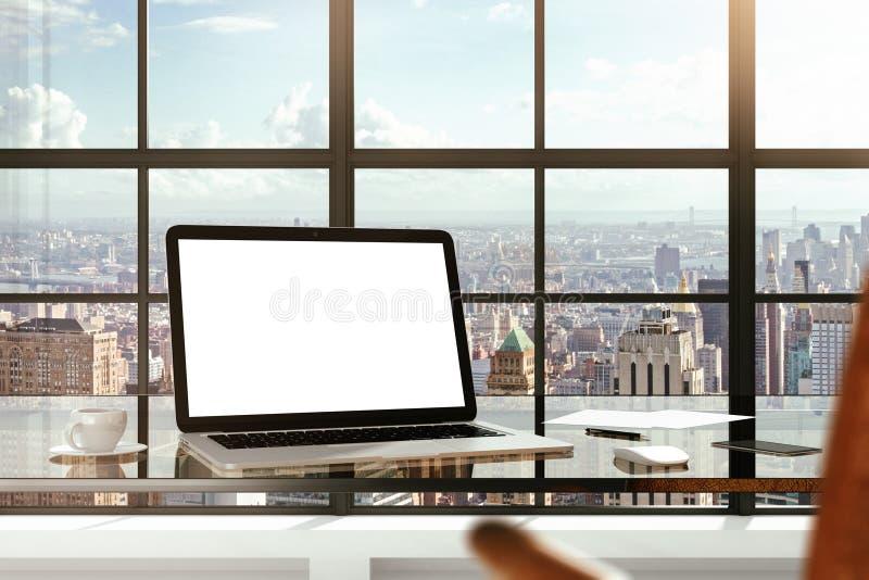 Spot omhoog van lege laptop op het bureau in bureau royalty-vrije stock afbeelding