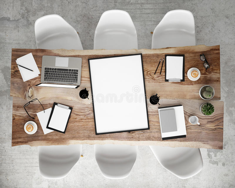 Spot op affichekader op de lijst van de vergaderingsconferentie met bureautoebehoren en laptop computers, hipster binnenlandse ac stock foto