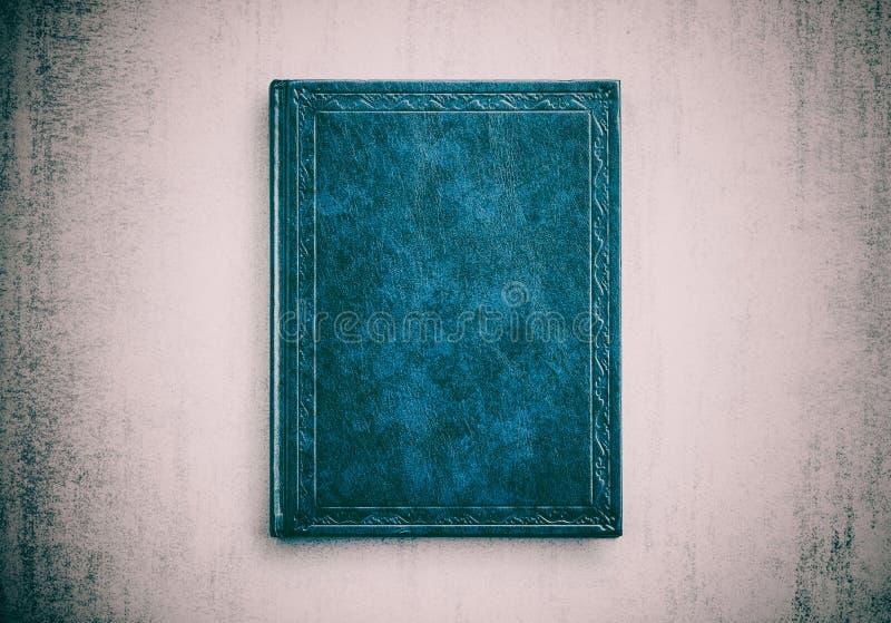 Spot op boek blauwe kleur op grunge achtergrondclose-up stock afbeeldingen