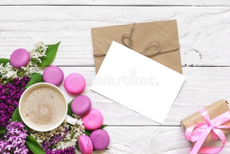 Spot op groetkaart met de lente lilac bloemen, kop van cappuccino en giftvakje met plaats voor uw tekst royalty-vrije stock afbeelding