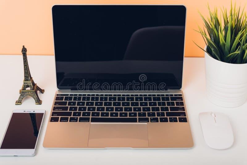 Spot op laptop notitieboekjecomputer op bureaulijst stock foto