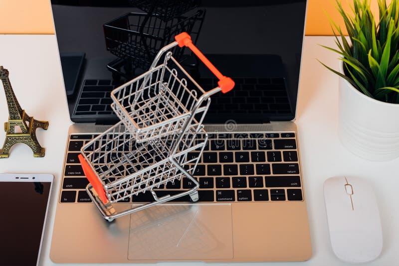 Spot op laptop notitieboekjecomputer en shoppong online kar stock fotografie