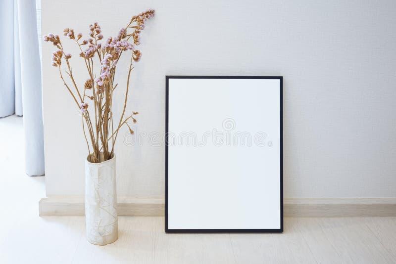 Spot op Leeg fotokader bij de binnenhuisarchitectuur van het vloerhuis stock afbeeldingen