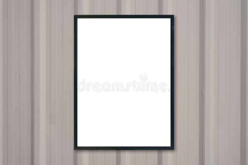 Spot op lege afficheomlijsting op houten muur royalty-vrije stock afbeeldingen