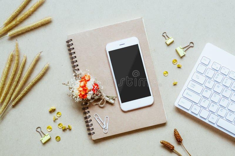 Spot op lege het scherm mobiele telefoon op huisbureau Bureaulijst met levering Vlak leg Bedrijfswerkplaats en gras stock foto