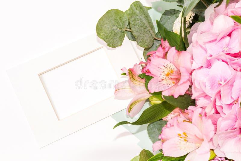 Spot op Samenstelling van tedere bloemen en wit kader in klassieke stijl Een gift voor St Valentine Dag met een plaats voor royalty-vrije stock foto's