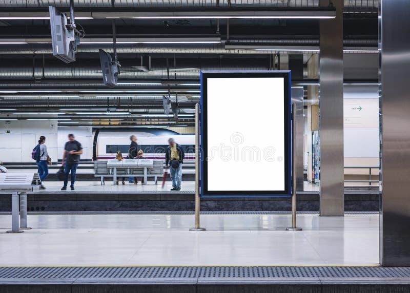 Spot op Uithangbord in de Mensen die van het Metrostation op Platform wachten stock afbeelding