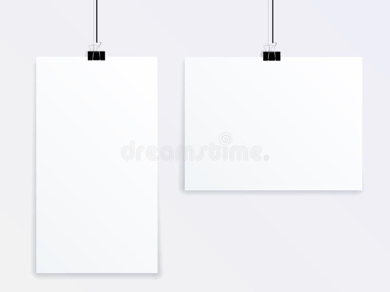 Spot op vector van twee affiches die van verschillende grootte op een grijze muur op bureauwasknijpers hangen stock illustratie