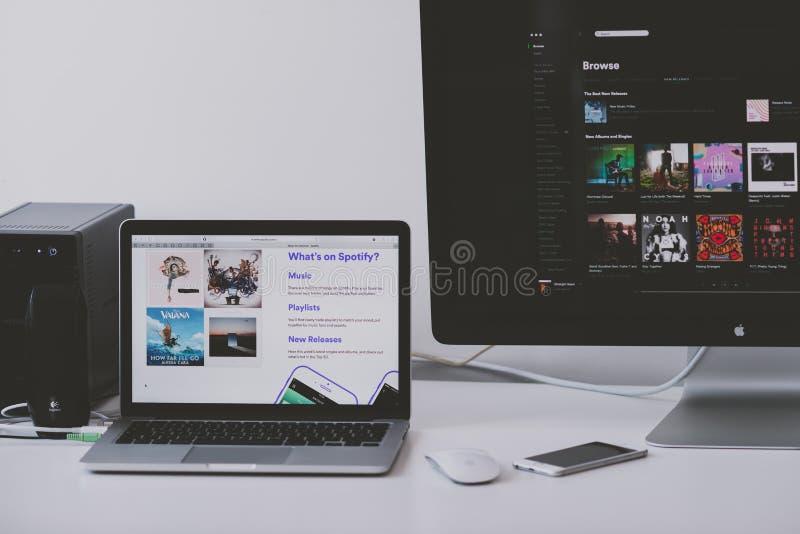 Spotify zastosowanie na Jabłczanym laptopu ekranie zdjęcia royalty free