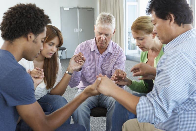 Spotkanie biblii grupa uczących się obrazy royalty free