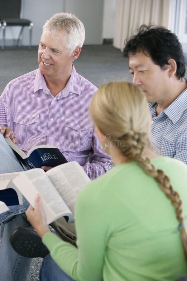 Spotkanie biblii grupa uczących się zdjęcia royalty free