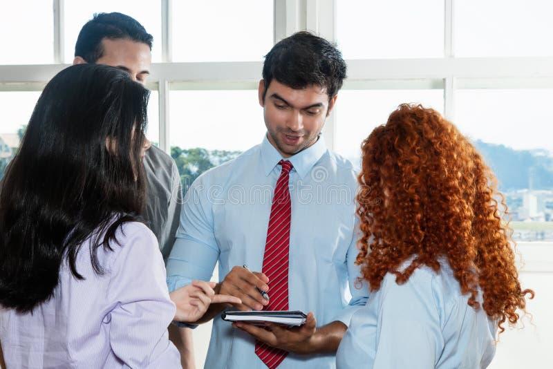 Spotkanie biznes drużyna z szefem zdjęcie stock