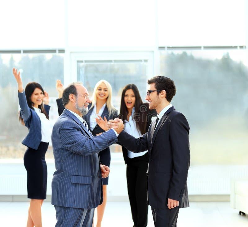 spotkanie dwa partnera biznesowego przy prezentacją obrazy stock