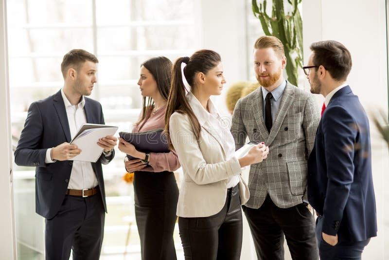 Spotkanie grupa biznesmeni w biurowej pozycji wewnątrz dla fotografia royalty free