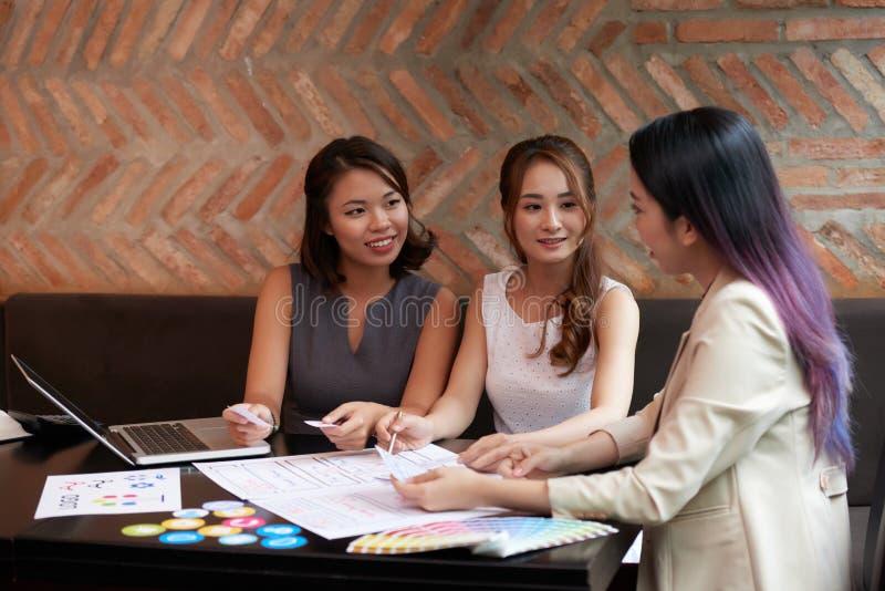Spotkanie klienci i projektant zdjęcia stock