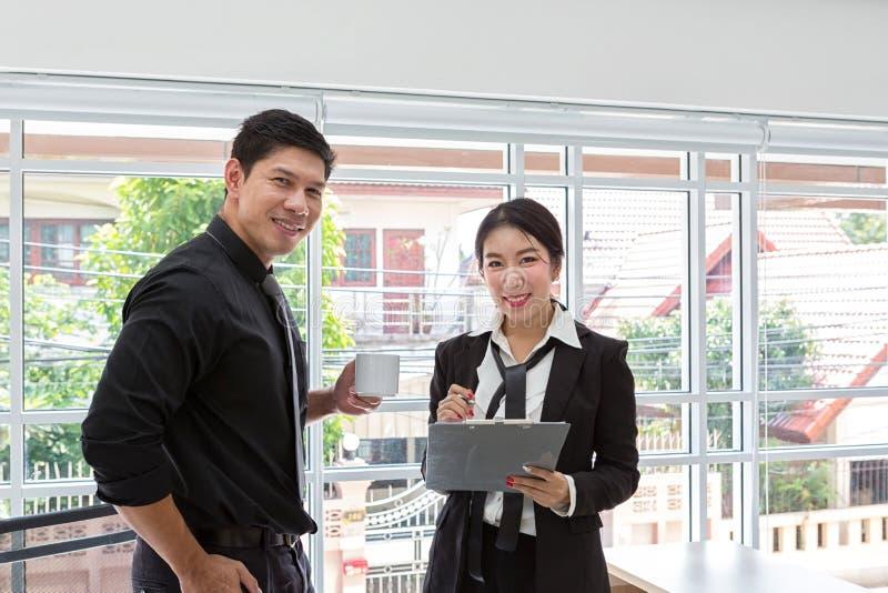 Spotkanie konsultant dla pieniężnego Biznes drużyna w spotkaniu patrzeje prześcieradło papier biznesmenów planistyczni dane przy  obrazy stock