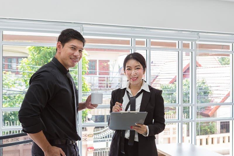 Spotkanie konsultant dla pieniężnego Biznes drużyna w spotkaniu patrzeje prześcieradło papier biznesmenów planistyczni dane przy  zdjęcia royalty free