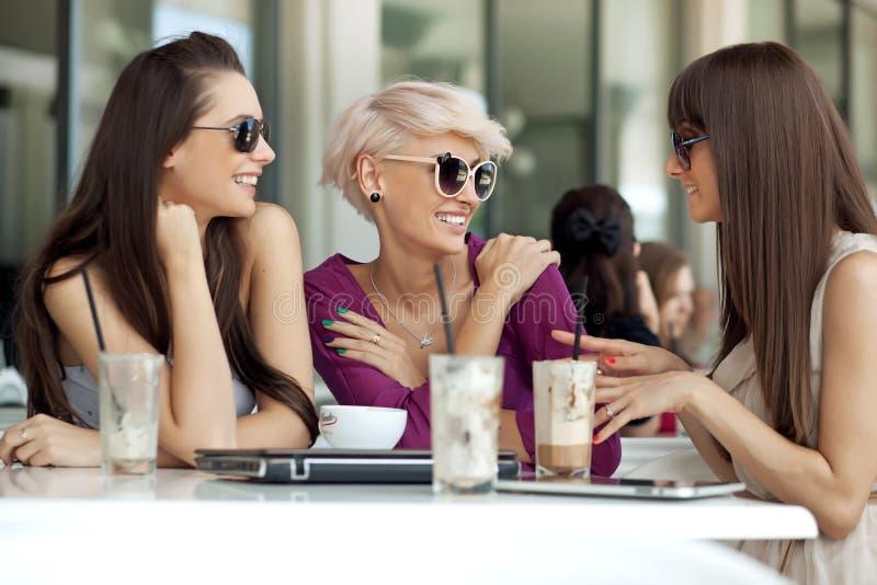 Spotkanie przyjaciele zdjęcia stock