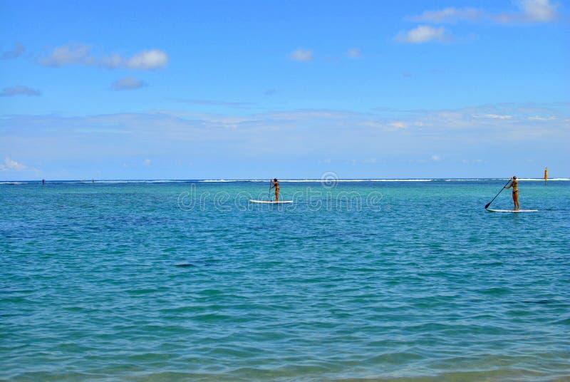 Spotkanie wyspy seascape, krajobraz Czarny piasek, powulkaniczne skały fotografia royalty free