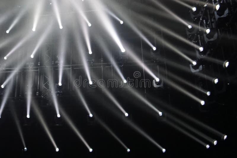 spotlights raios de conexão do fundo claro Rebecca 36 foto de stock