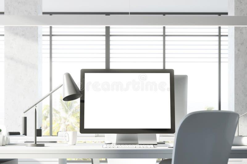 Spott herauf Bildschirm im weißen Büro lizenzfreie stockfotos