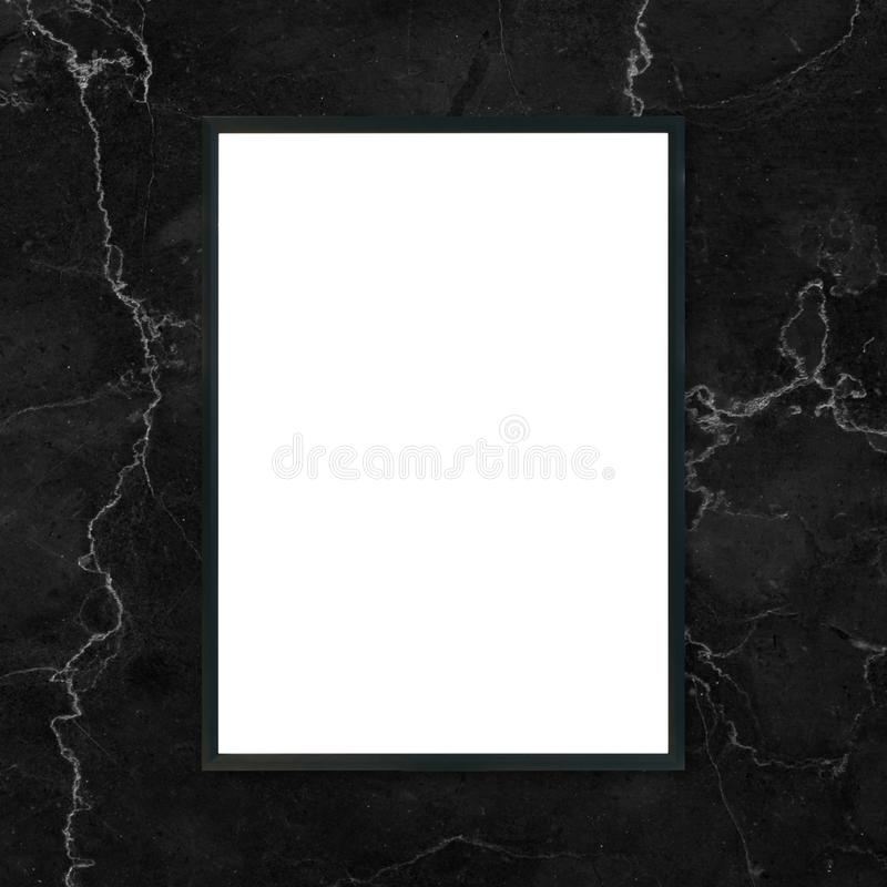 Spott herauf den leeren PlakatBilderrahmen, der am schwarzen Marmorwandhintergrund im Raum hängt - kann benutztes Modell für Mont lizenzfreies stockfoto