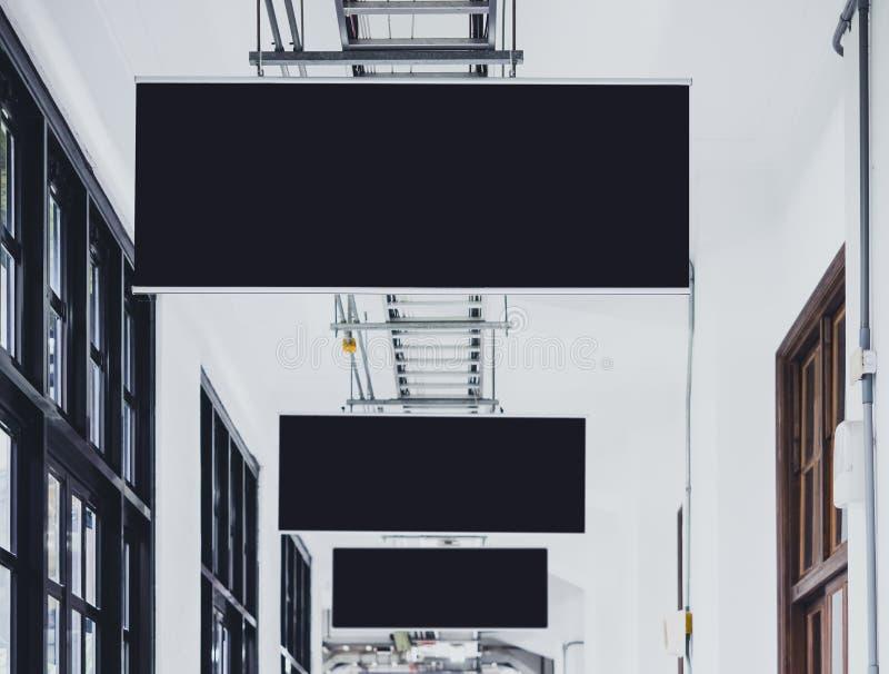 Spott herauf die schwarzen Fahnen, die Innengebäude hängen stockfotografie