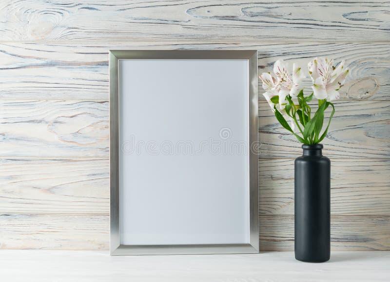Spott herauf weiße Rahmen- und Alstroemeriablumen mit Kopienraum für Text stockfotos