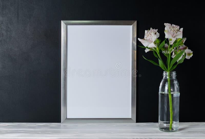 Spott herauf weiße Rahmen- und Alstroemeriablumen mit Kopienraum für Text lizenzfreie stockfotografie