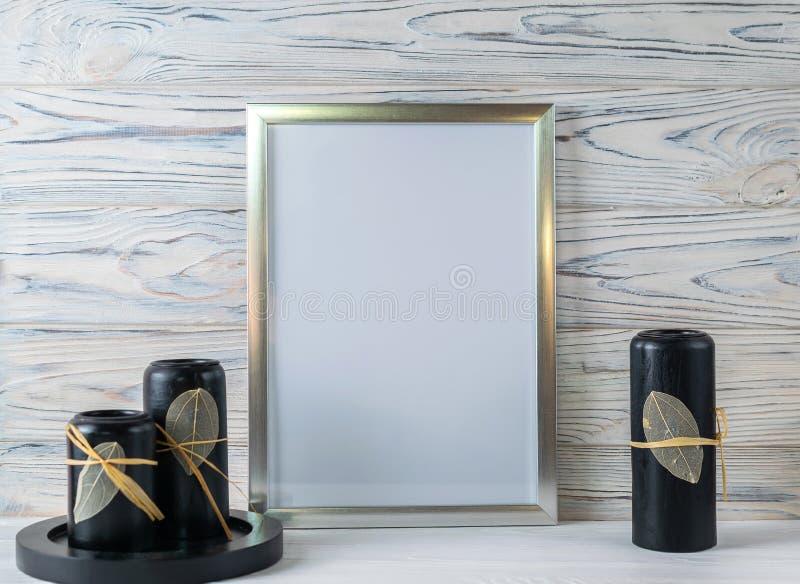 Spott herauf weißen Rahmen und Kerzen auf hölzernem Regal lizenzfreie stockfotografie