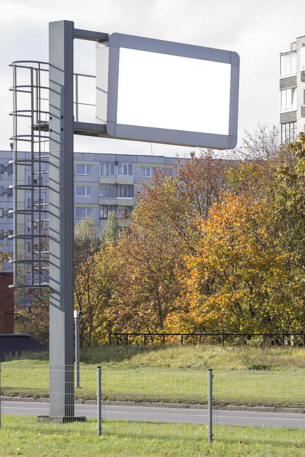 Spott oben Elektronische Anzeigetafel über Straße in der Stadtstraße stockfotos