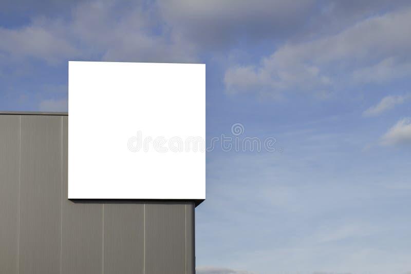 Spott oben Leere Anschlagtafel draußen, Werbung im Freien auf der Wand eines Hintergrundes des blauen Himmels des Gebäudes stockbild