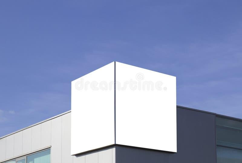 Spott oben Leere Anschlagtafel draußen, Werbung im Freien auf der Wand eines Hintergrundes des blauen Himmels des Gebäudes stockfotos