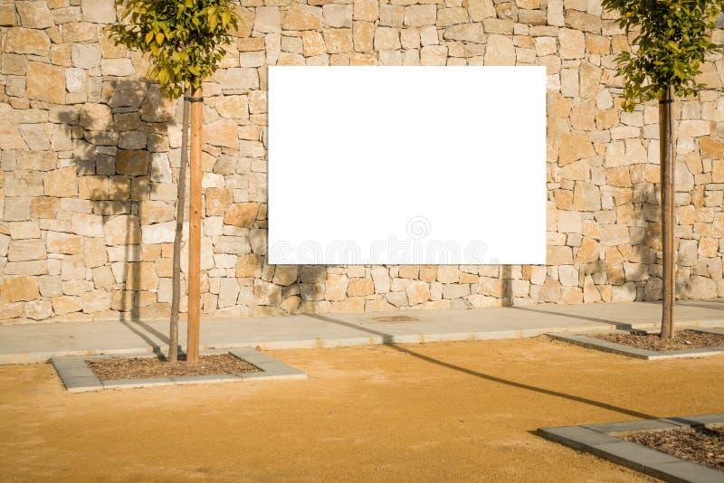 Spott oben Leere Anschlagtafel draußen, Werbung im Freien, Brett der öffentlichen Information auf der Steinwand lizenzfreies stockbild