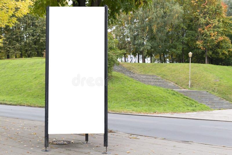 Spott oben Leere Anschlagtafel draußen, Werbung im Freien, Brett der öffentlichen Information nahe Stadtpark stockfotos