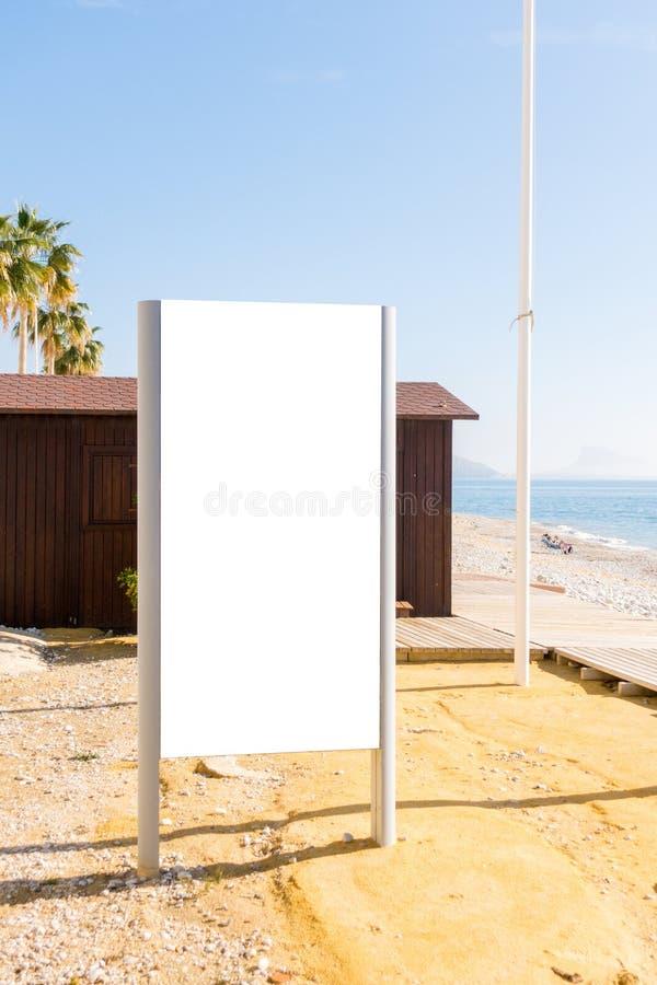Spott oben Leere Anschlagtafel draußen, Werbung im Freien, Brett der öffentlichen Information im Strand lizenzfreies stockbild