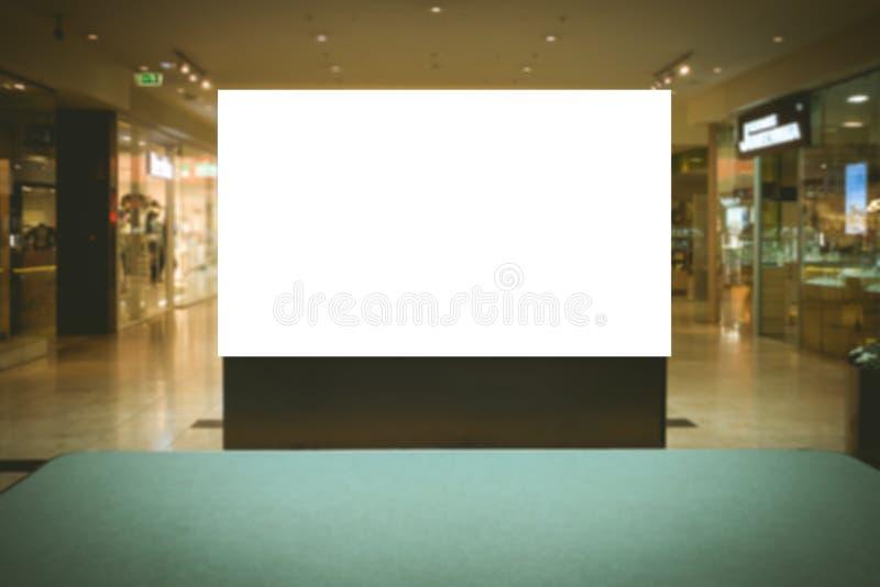 Spott oben Leere Anschlagtafel, Stand im modernen Einkaufszentrum annoncierend lizenzfreies stockfoto