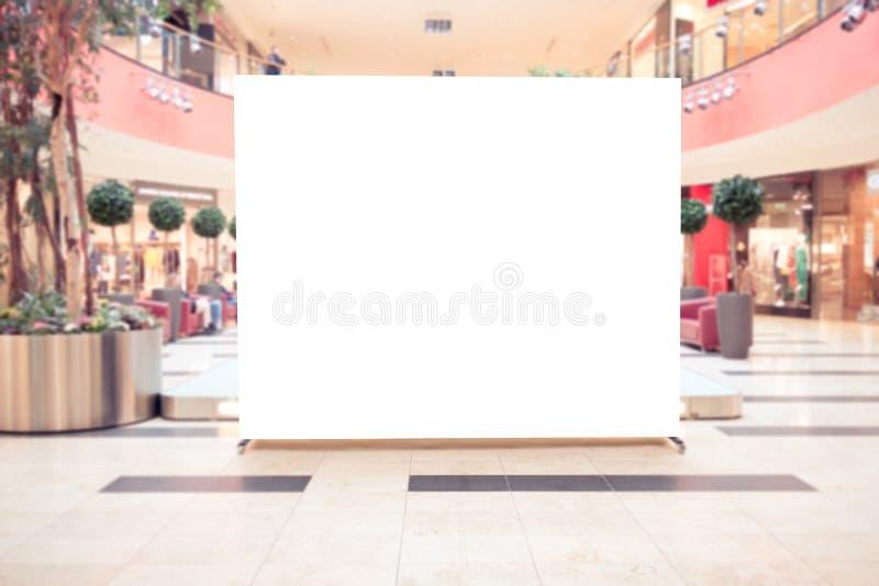 Spott oben Leere Anschlagtafel, Stand im modernen Einkaufszentrum annoncierend lizenzfreie stockbilder