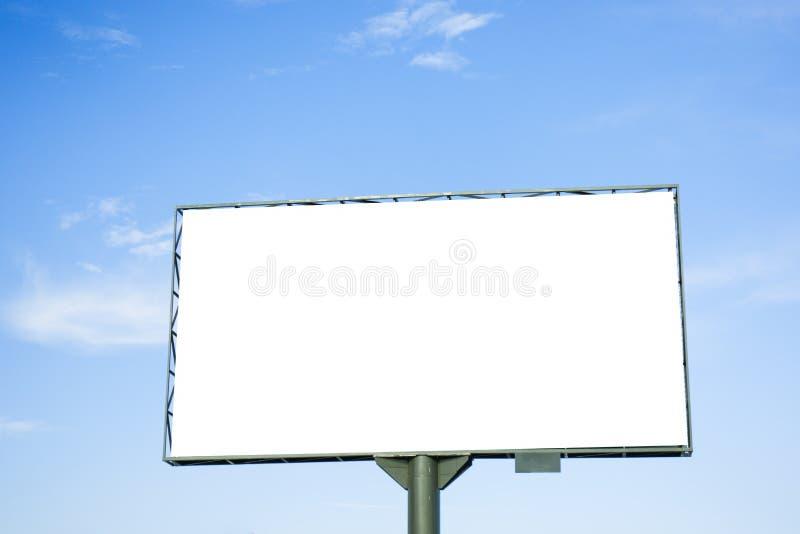 Spott oben Leere weiße Anschlagtafel für Werbung im Freien, Marketing, Verkäufe gegen blauen Himmel lizenzfreies stockbild