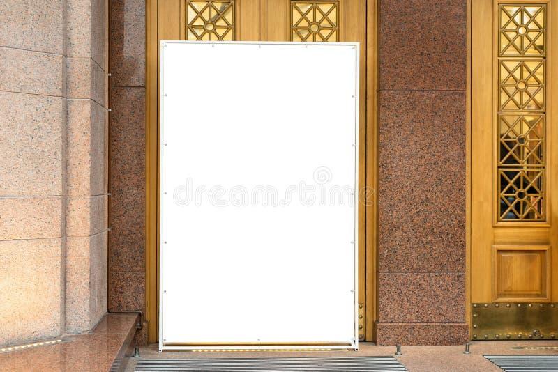 Spott oben Weiße leere Anschlagtafel, Stand im modernen Einkaufszentrum annoncierend Metallbau für Anzeige nahe lizenzfreies stockfoto
