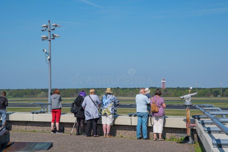 Spotters dell'aeroplano che esaminano gli aeroplani la piattaforma di osservazioni l'aeroporto di Berlin Tegel immagini stock