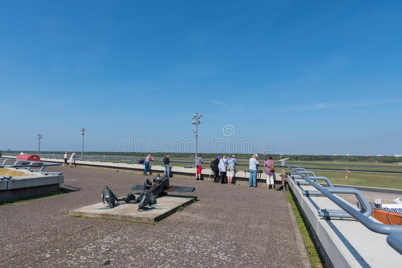 Spotters dell'aeroplano che esaminano gli aeroplani la piattaforma di osservazioni l'aeroporto di Berlin Tegel fotografie stock libere da diritti