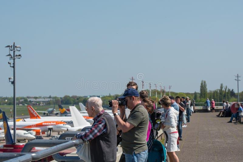 Spotters dell'aeroplano che esaminano gli aeroplani la piattaforma di osservazioni l'aeroporto di Berlin Tegel fotografia stock libera da diritti